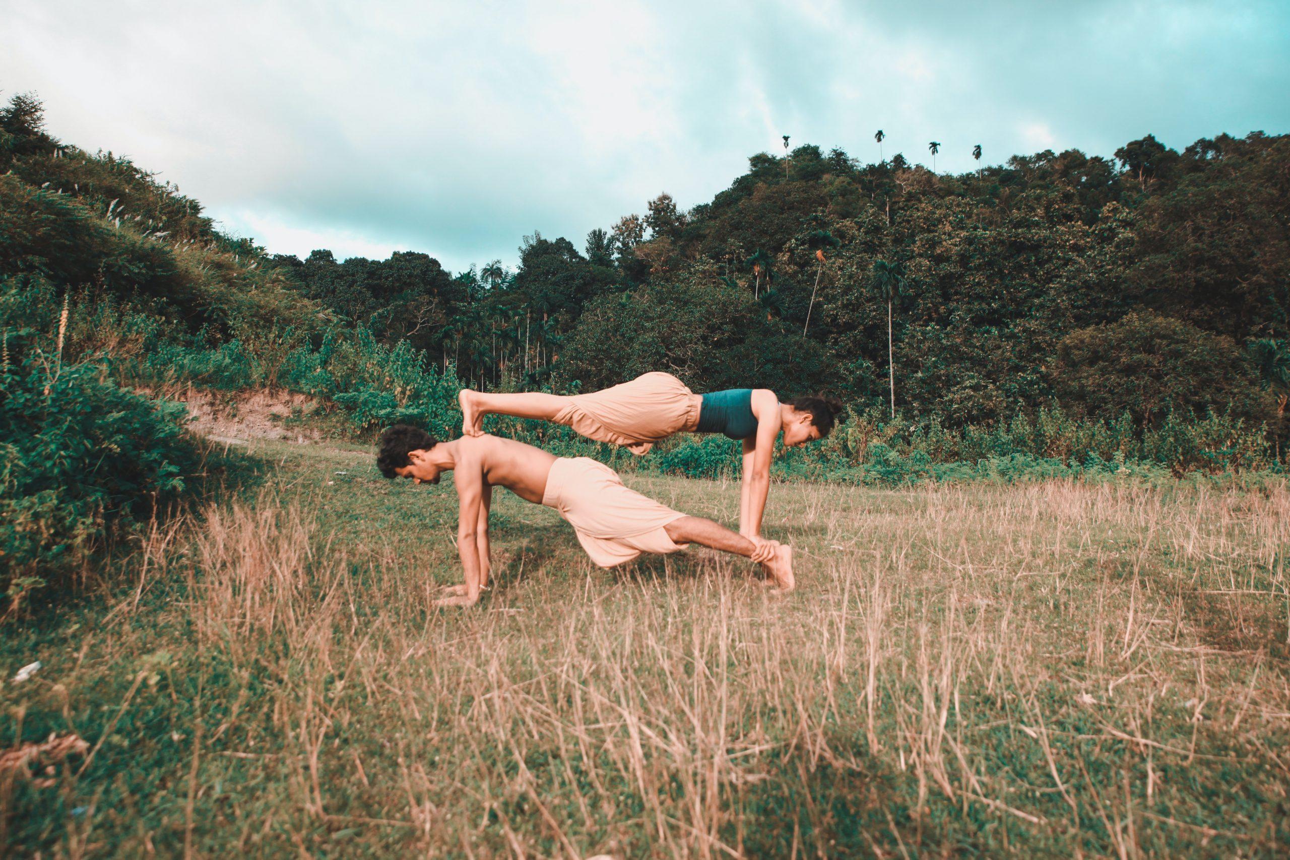 coupe-doing-yoga-3150250